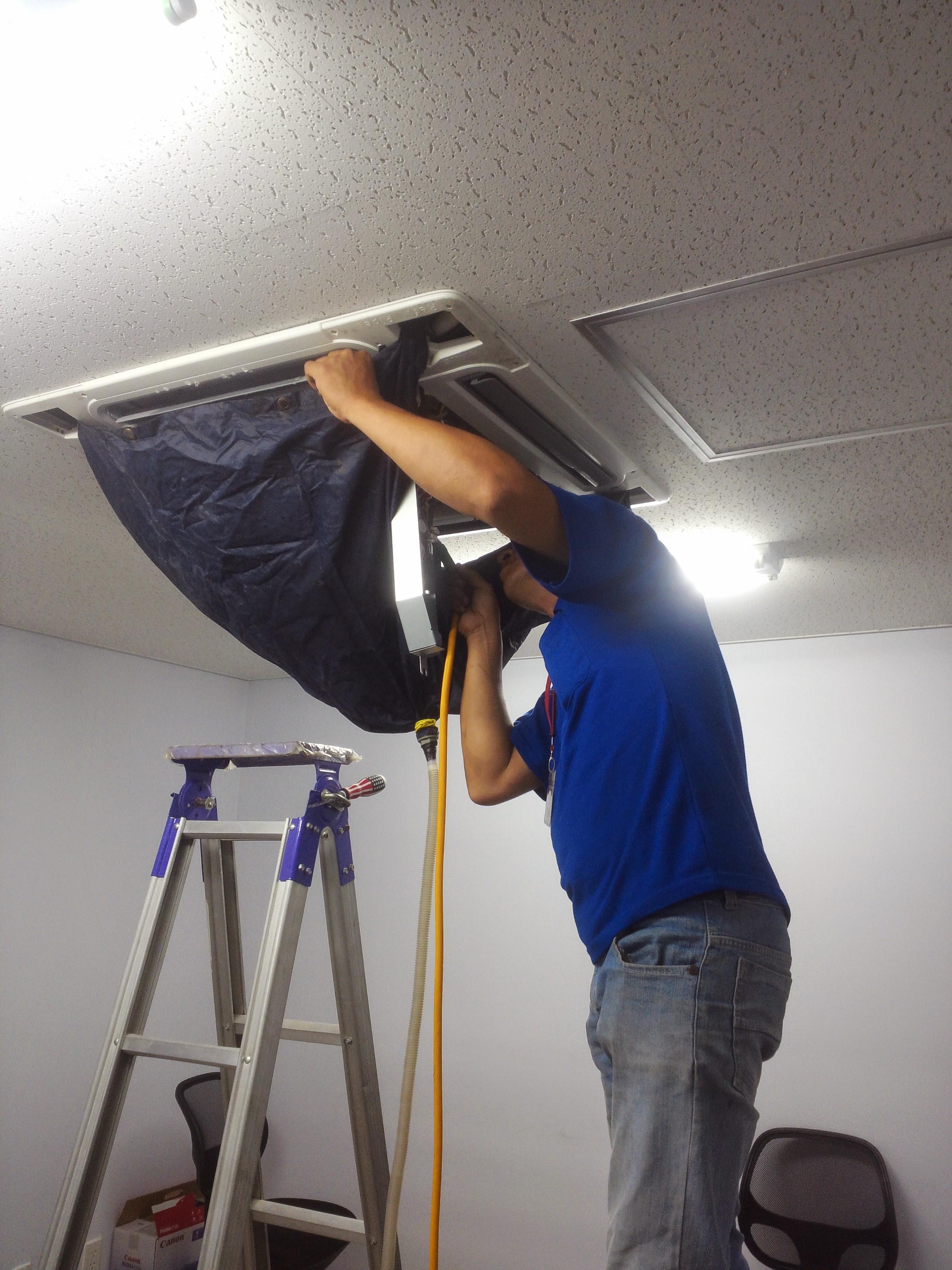 Chuyên nhận vệ sinh máy lạnh trung tâm các toà nhà, căn hộ và các khu công nghiệp